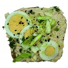 Náš žitný chléb s tuňákovou pomazánkou a vajíčkem